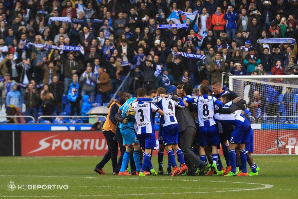 jugadores deportivo celebran victoria barcelona